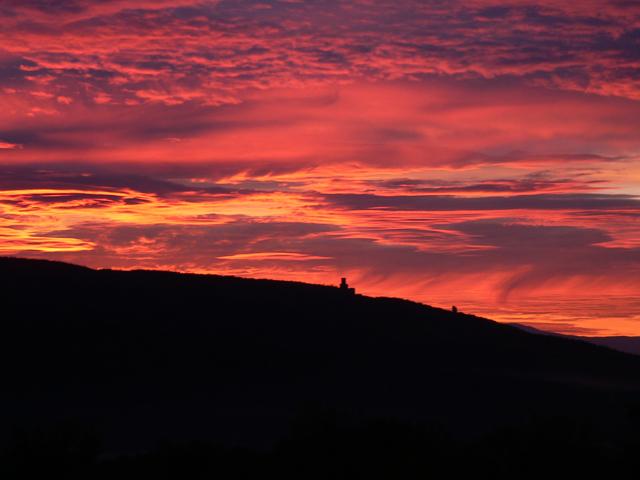 Lever de soleil sur le massif de l'Ortenbourg. Bas-Rhin. Octobre 2005.