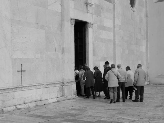 Église et place San Frediano. Lucca. Toscane. Italie. Mars 2008.
