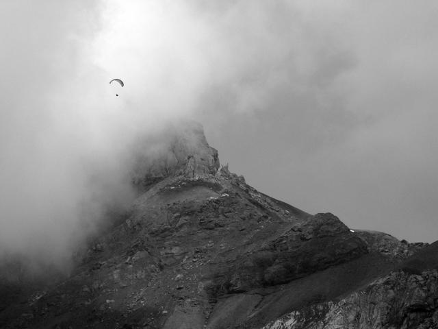 Parapente au-dessus de l'Oeschinensee. Canton de Berne. Suisse. Juillet 2009.