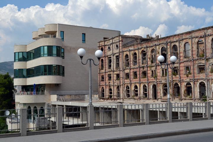 Contraste à Mostar. Bosnie-Herzégovine. Août 2011.