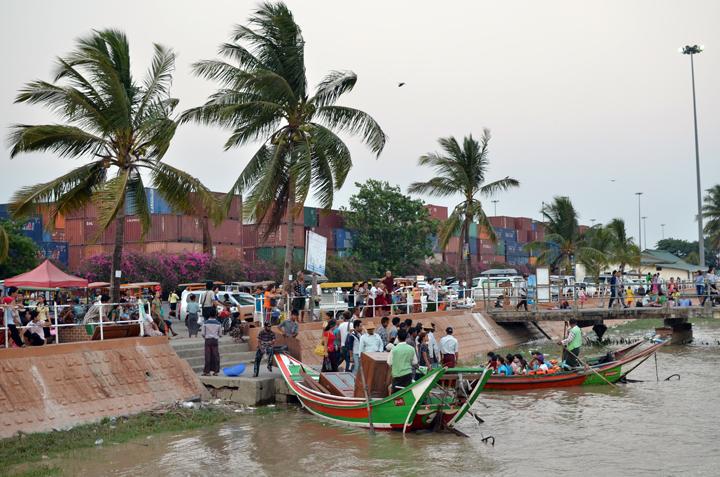 Embarcadère sur la Rivière Rangoun. Birmanie. Mai 2014.