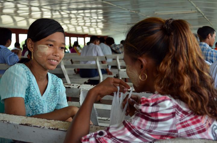 Dans le ferry. Rangoun. Birmanie. Mai 2014.