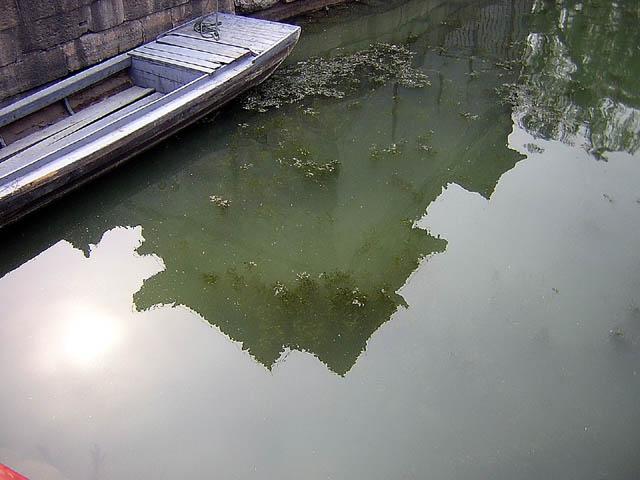 Reflet dans le lac du Palais de l'Eté, proche de Pékin. Chine. Avril 2004.