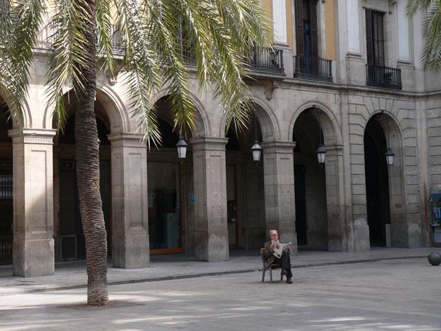 Pose lecture sur la Plaza Real. Barcelone. Catalogne. Espgane. Février 2007.